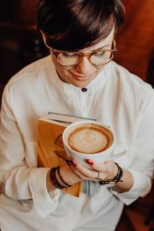 Mulher, bebendo, um, caffe, latte
