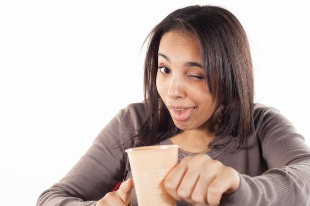 Mulher bebendo um copo