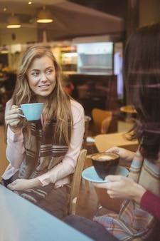 Mulher bebendo uma xícara de café