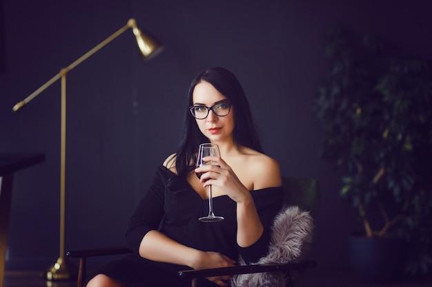 Mulher, bebendo, vinho tinto