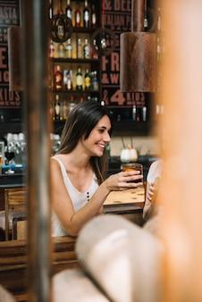Mulher bebendo Foto gratuita