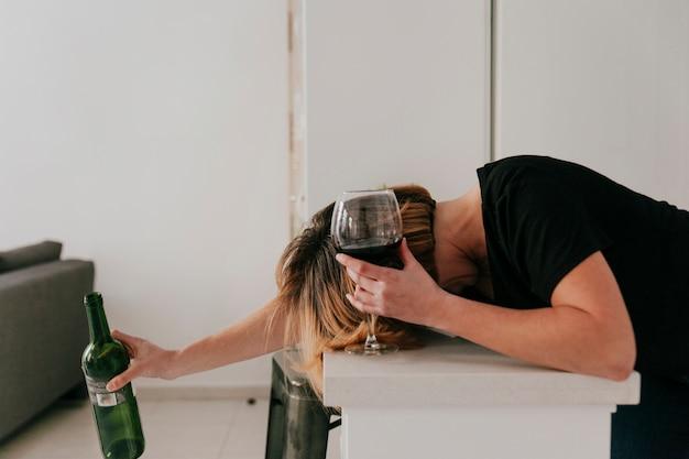 Mulher bebeu muito vinho