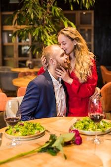 Mulher, beijando, homem, testa, restaurante