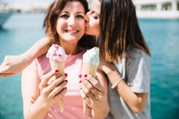 Mulher, beijando, mulher, com, ice-cream
