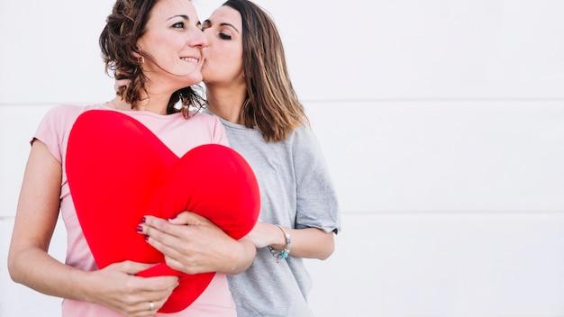 Mulher, beijando, mulher, com, pelúcia, coração