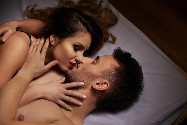 Mulher beijando suavemente o namorado