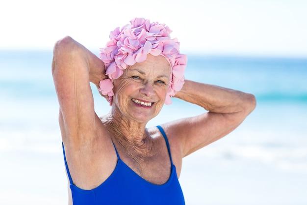 Mulher bem madura posando na praia