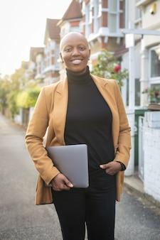 Mulher bem sucedida inteligente em pé na rua