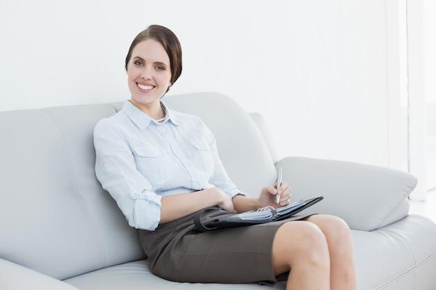 Mulher bem vestida usando o organizador pessoal em casa