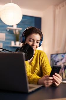 Mulher blogger gravando vídeo para seu blog em estúdio caseiro