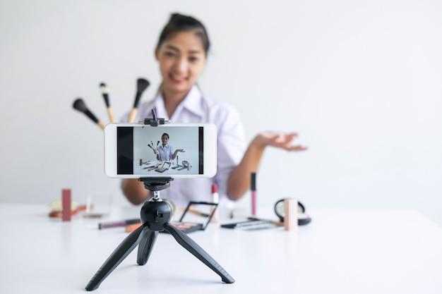 Mulher blogueira está apresentando tutorial beleza produto cosmético e transmissão de vídeo ao vivo