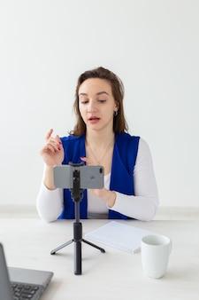Mulher blogueira falando