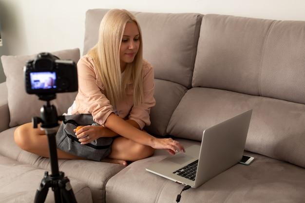 Mulher blogueira na frente da câmera para gravar o vídeo do blog ao vivo em casa