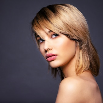 Mulher blone com cabelo curto, franja. mulher loira sexy. modelo loiro atraente de olhos azuis. modelo com uma maquiagem esfumada. closeup retrato de uma linda mulher. penteado curto criativo.