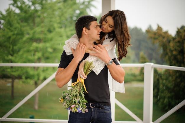 Mulher bonita, abraçando o namorado de volta