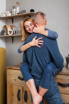 Mulher bonita, abraçando o namorado