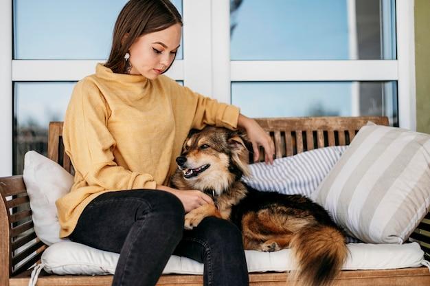 Mulher bonita acariciando o cachorro