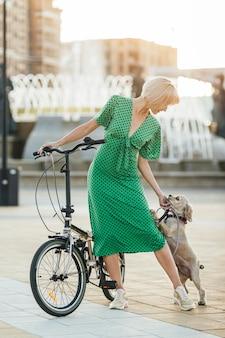 Mulher bonita acariciando seu cachorro fofo