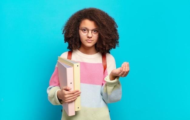 Mulher bonita afro fazendo capice ou gesto de dinheiro, dizendo para você pagar suas dívidas !. conceito de estudante