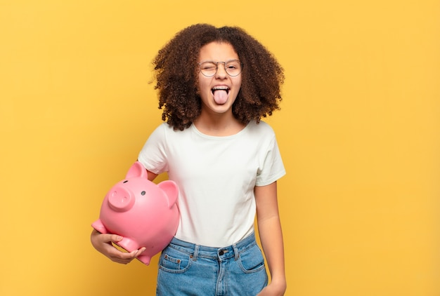 Mulher bonita afro parecendo espantada em descrença, apontando para o objeto ao lado e dizendo uau, inacreditável. conceito de economia
