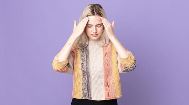 Mulher bonita albina parecendo estressada e frustrada, trabalhando sob pressão, com dor de cabeça e preocupada com problemas