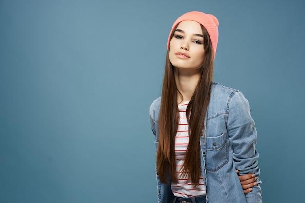 Mulher bonita alegre com chapéu-de-rosa da moda estilo moderno fundo azul