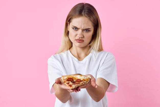 Mulher bonita alegre em camiseta branca pizza lanchonete fast food