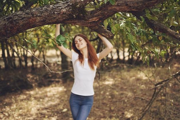 Mulher bonita ao ar livre perto da árvore natureza estilo de vida verão