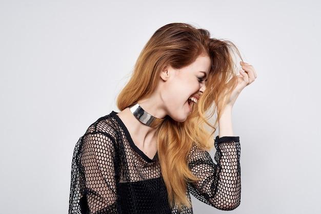 Mulher bonita aparência atraente estilo moderno joias emoções estúdio estilo de vida
