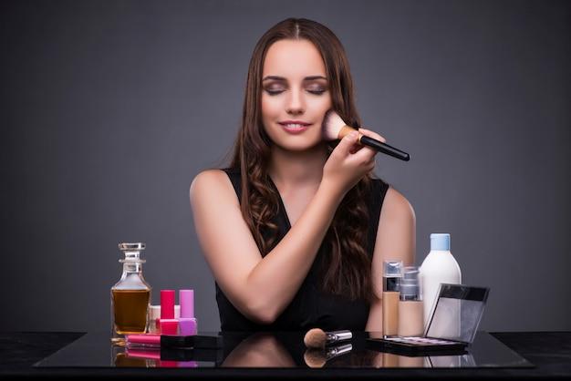 Mulher bonita, aplicando, maquiagem