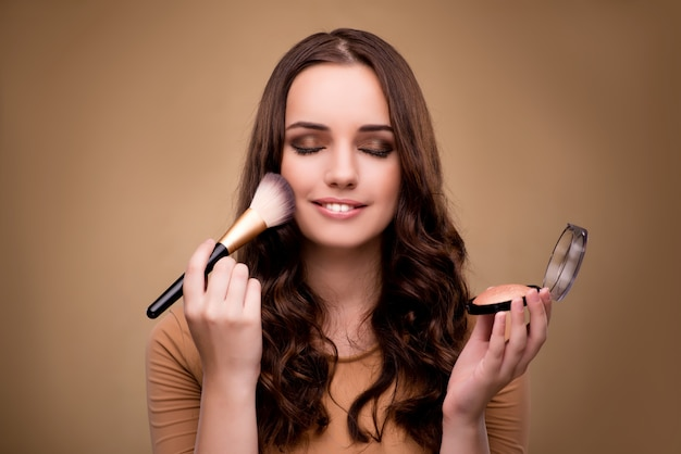 Mulher bonita, aplicar maquiagem no conceito de beleza