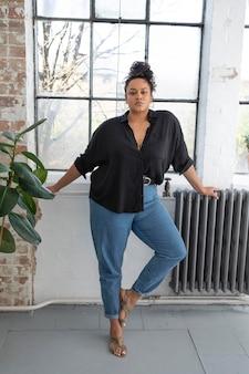 Mulher bonita apoiando a positividade corporal