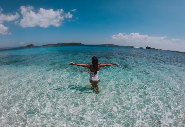 Mulher bonita, apreciando a vista em uma ilha tropical nas filipinas. conceito sobre viagens de desejo