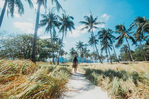 Mulher bonita, aproveite o tempo na lagoa em coron, filipinas. conceito sobre desejo de viajar tropical