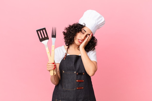 Mulher bonita árabe se sentindo entediada, frustrada e com sono depois de um cansativo. conceito de chef churrasco