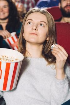 Mulher bonita assistindo filme bom Foto gratuita
