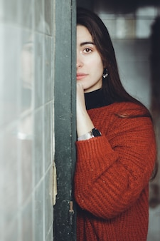 Mulher bonita assustada, olhando para a câmera em uma casa abandonada. rosto triste adolescente deprimido