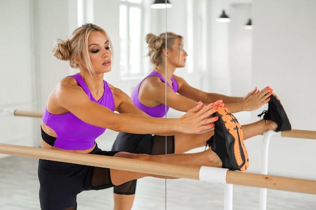 Mulher bonita atlética se exercitando na academia