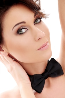 Mulher bonita atraente com gravata borboleta