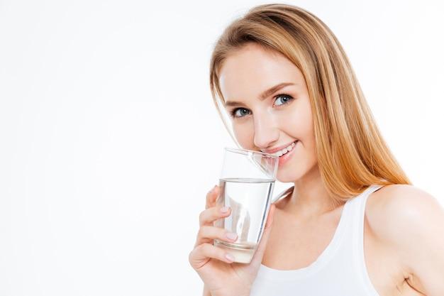 Mulher bonita bebendo água isolada em um fundo branco
