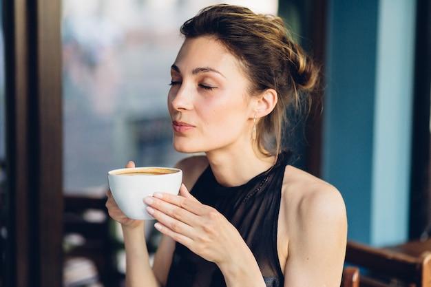 Mulher bonita, bebendo café