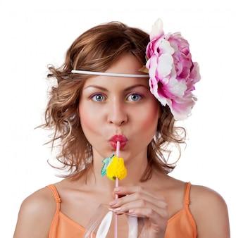Mulher bonita bebendo suco de laranja
