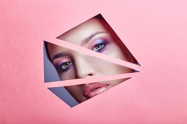 Mulher bonita brilhante maquiagem e batom rosa