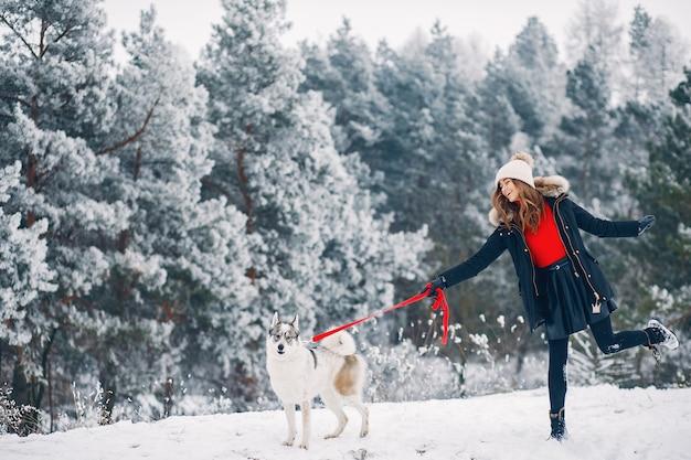 Mulher bonita brincando com um cachorro