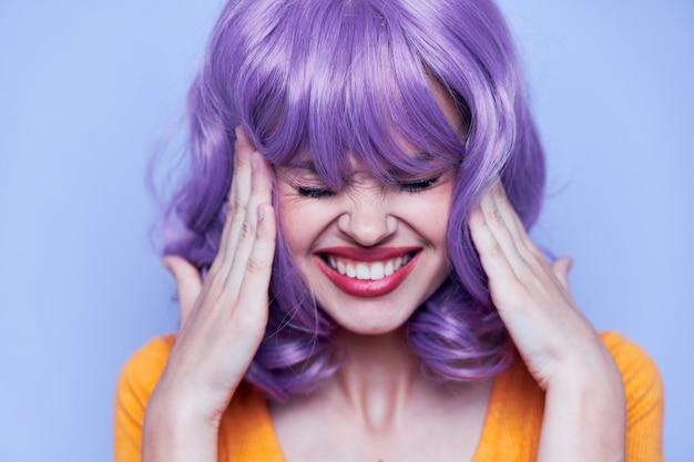 Mulher bonita cabelo curto festa fundo azul cabelo roxo