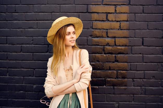 Mulher bonita caminhada ao ar livre moda verão parede de tijolos pretos
