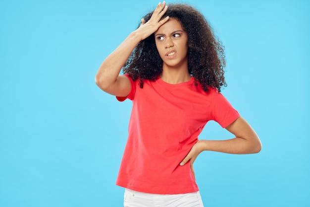 Mulher bonita camiseta vermelha cabelo emoções descontentamento estilo de vida