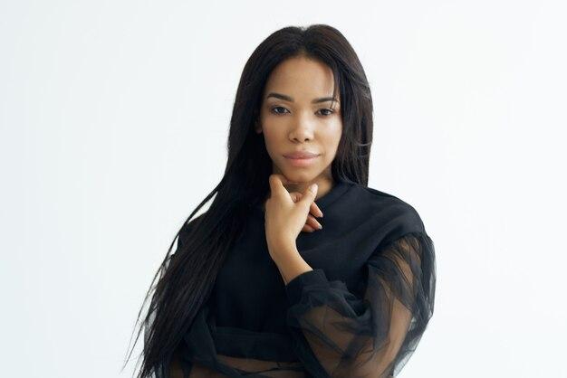 Mulher bonita camisetas pretas cosméticos moda vista recortada