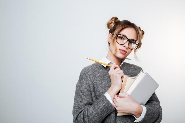 Mulher bonita camisola e óculos com livros