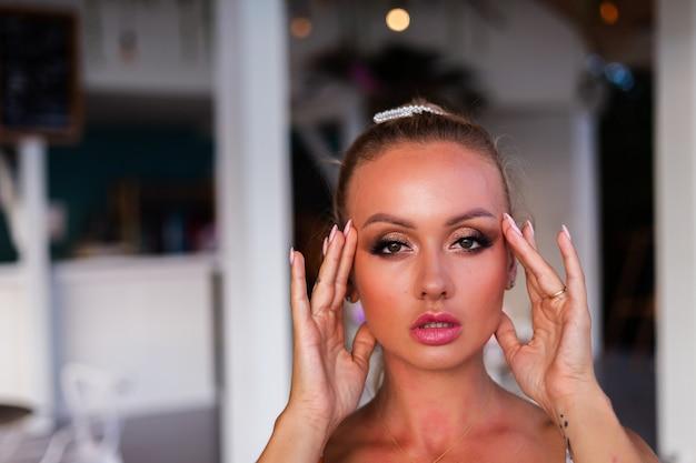 Mulher bonita caucasiana com vestido de verão voador em restaurante de villa de hotel de luxo de férias